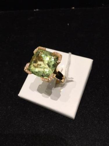 Bague Béryl vert (Mozambique) de 27,54 cts, or rose 18,30 g, et diamants 0,42 cts.